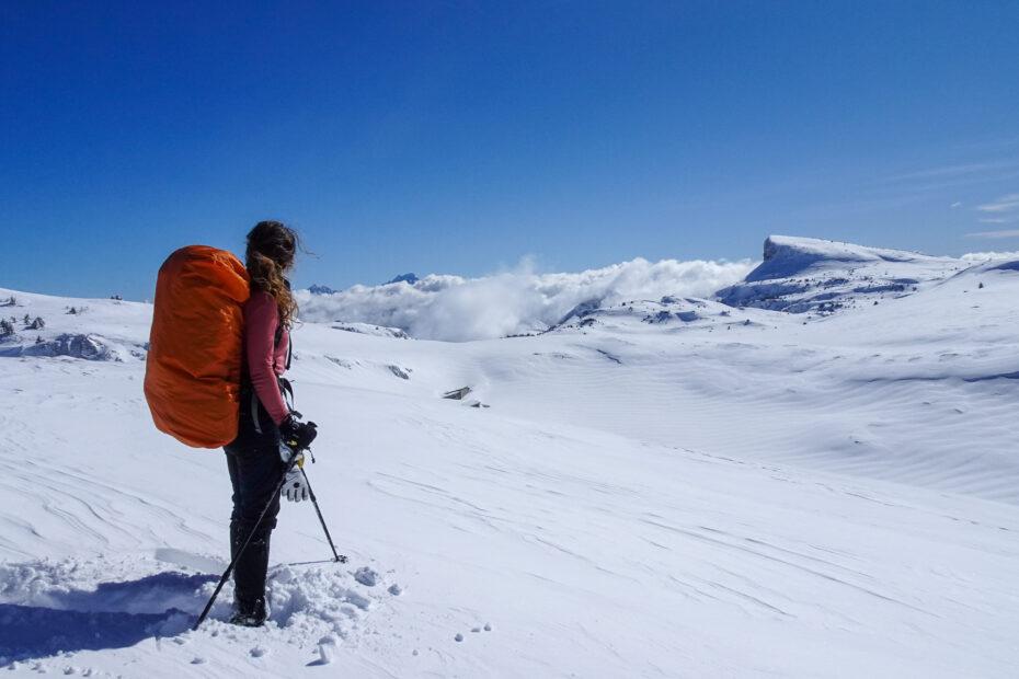 sneeuwwandelen op een berg
